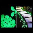 Sassi verdi in plastica fluorescenti fosforescenti che si illuminano al buio